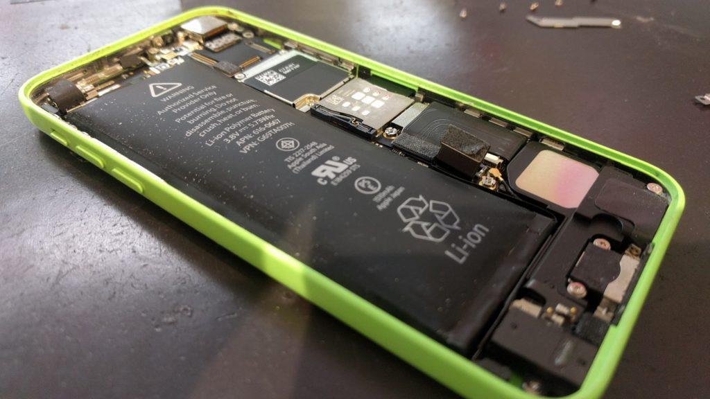 膨張したiPhone5cのバッテリー①