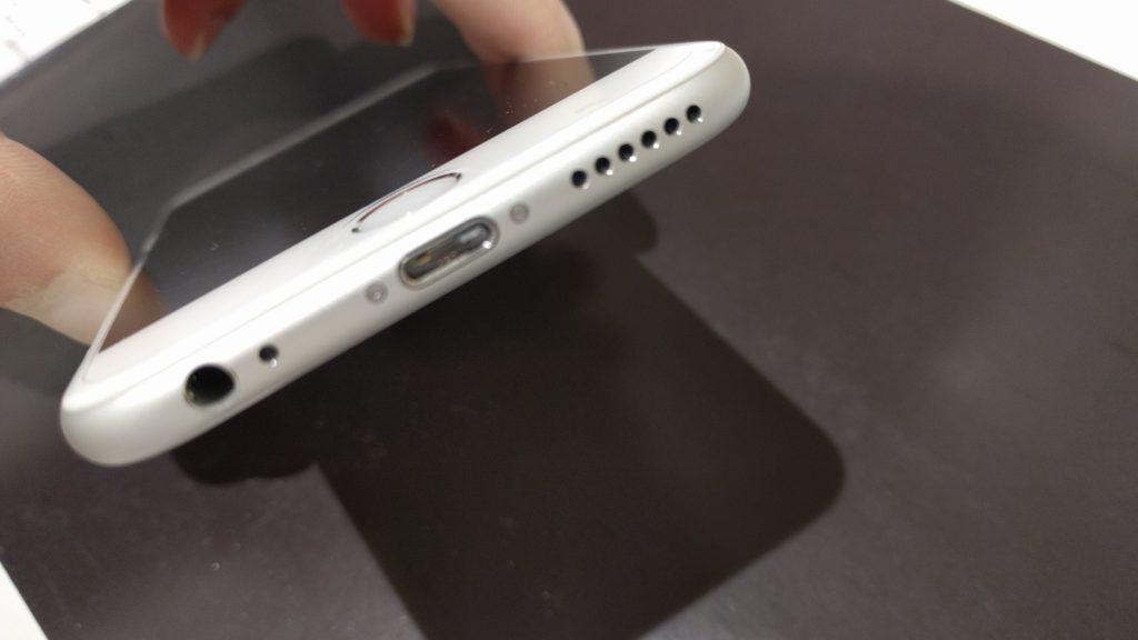 iPhoneの充電口に詰まった充電コネクタ
