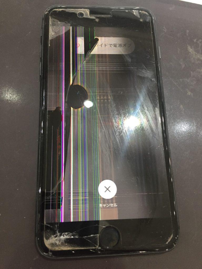 iPhone8Plusの液晶画面に様々な色の線が表示されている様子