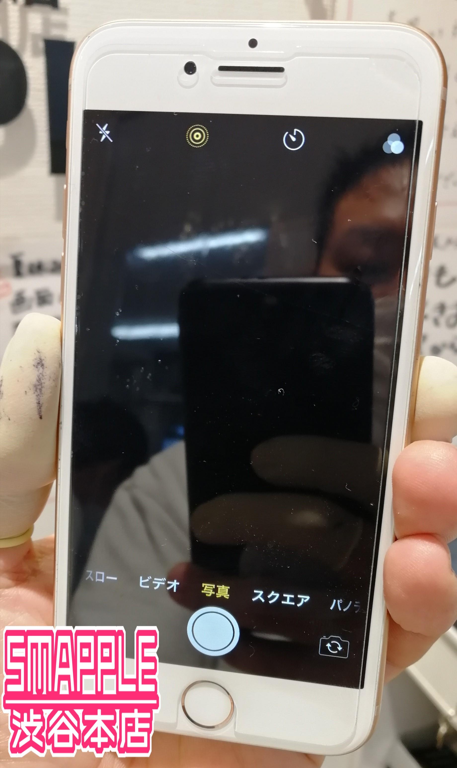 カメラを起動してもカメラが壊れて何も映らず真っ暗な状態のiPhone8画像