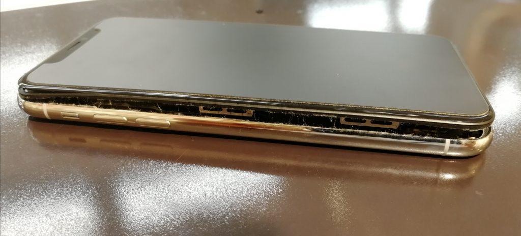 内側でバッテリーが膨張してしまい画面を持ち上げて、画面と本体の間に隙間が生じてしまっているiPhoneX画像