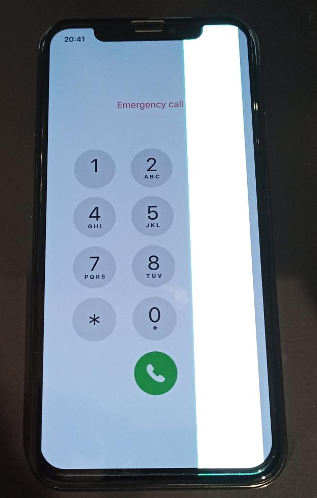 衝撃によって画面が破損し表示右側に光の線が現れたiPhoneX画像