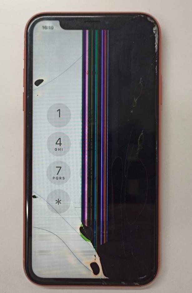 画面が割れて右側の表示も黒く映らなくなったiPhoneXR画像