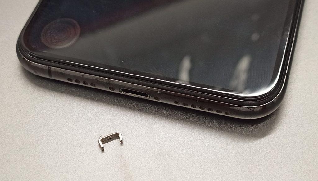 充電ケーブルが挿さらなくなったiPhoneの充電口から出てきたケーブル金属部とiPhone画像