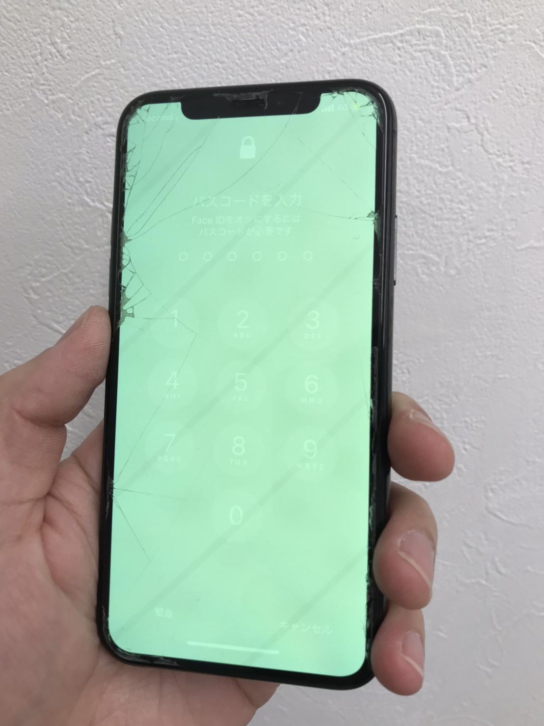 画面全体に緑色の発光がみられるiPhoneXs