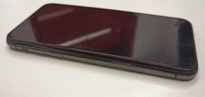 中のバッテリーが膨張して画面が盛り上がってしまっているiPhoneX画像