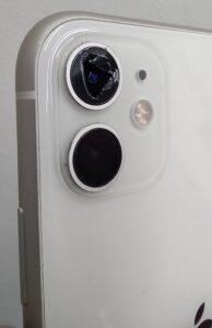 カメラガラスが割れてしまったiPhone画像
