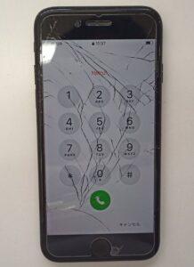 画面がバキバキに割れて表示も見えづらいiPhone7画像