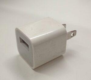 iPhone充電に使われる充電アダプター画像