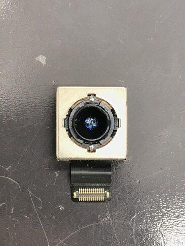 取り出されたiPhoneのカメラ。